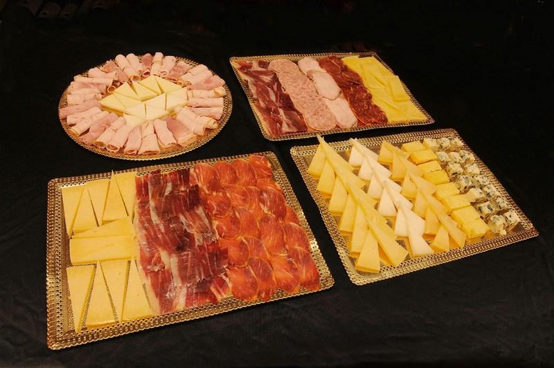 Bandejas de productos ibéricos, jamón íbérico, embutidos, quesos loncheados listos para consumir o envasados al vacío.
