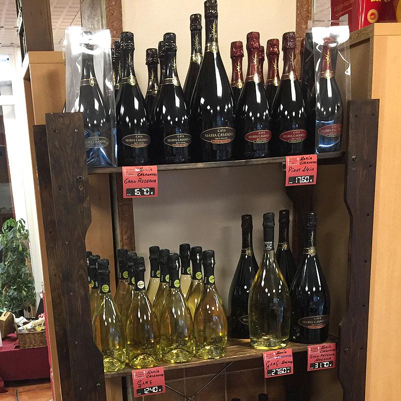 Selección de una amplia gama de vinos en Tienda Gourmet Los Alcalareños